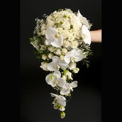Ramo en blanco con rosas y phalaenopsis