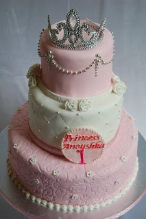 wedding cake cupcake 1000 ideas about tiara cake on crown cupcakes 22287