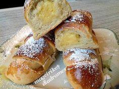 Ρολά γεμιστά με κρέμα βανίλιας  Γρήγορη ζύμη για γλυκά και μπουρέκια, που δεν χρειάζεται να την αφήσουμε να φουσκώσει. Αν θελουμε γεμίζουμε με κρέμα σοκολάτας, αντί βανίλιας ή με μερέντα.  http://mageirikesdiadromes.gr/recipes/rola-gemista-me-krema-banilias.html