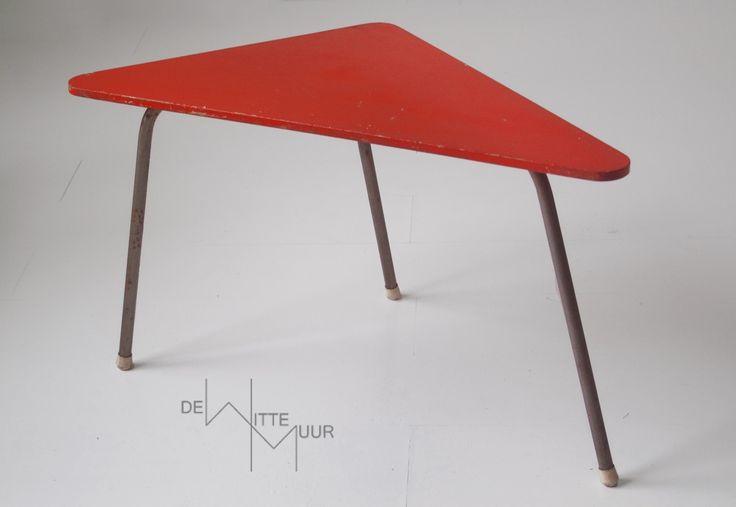 Bijzettafel driehoekig, rood Afmetingen: 77 x 38 x 43 cm Prijs: 30,-