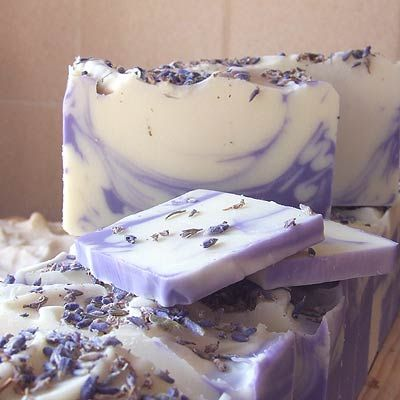 DIY handmade lavender soap ~ Also, I learned that you can bath dogs with lavender soap and they never get fleas !! Have to try this on my dog asap !!!