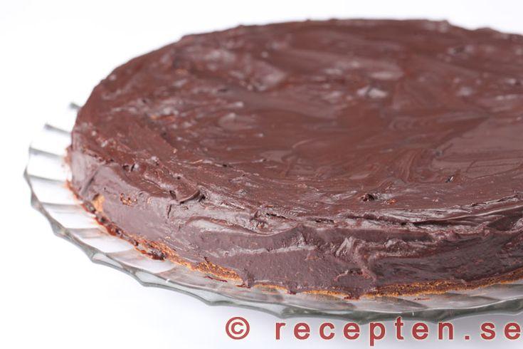 Sachertårta - Recept på Sachertårta som är en mycket god och lyxig chokladtårta med mycket choklad. Bilder steg för steg.