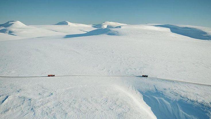 Szibériában,+az+orosz+Távol-Keleten+igazi+jégút+vezet+Pevek+kikötő+és+Ajon+szigete+között.+Ez+a+Zimnyik,+a+világ+legveszélyesebb+útja.+Nem+kis+kockázatot+jelent+végighajtani+rajta+kamionokkal+az+Északi+Jeges-tenger+felett.  A+Zimnyik+ráadásul+májusban+megolvad+és+ilyenkor+Ajont…