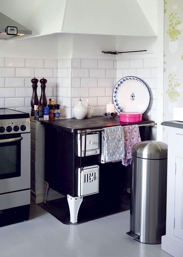 Toimiva puuliesi ja huuva kunnostettiin. Teräspintainen Boschin liesi ja liesituuletin olivat keittiössä jo ennestään. Perinteisen allaskaapissa sijaitsevan roskakorin sijaan keittiössä on poljinroskakori. Keittiön viereisessä varastohuoneessa on lisää tilaa lajiteltavalle jätteelle.