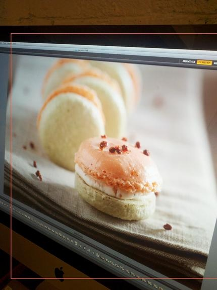 video tutorial of how to make macarons    http://www.lespetitsmacarons.com/Video.html