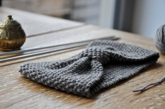 Ce bandeau là, cest un peu le ptit plus qui va avec tout, et le poto de la mi-saison. Il est tricoté fin, avec de la laine Mérinos douce et 100%