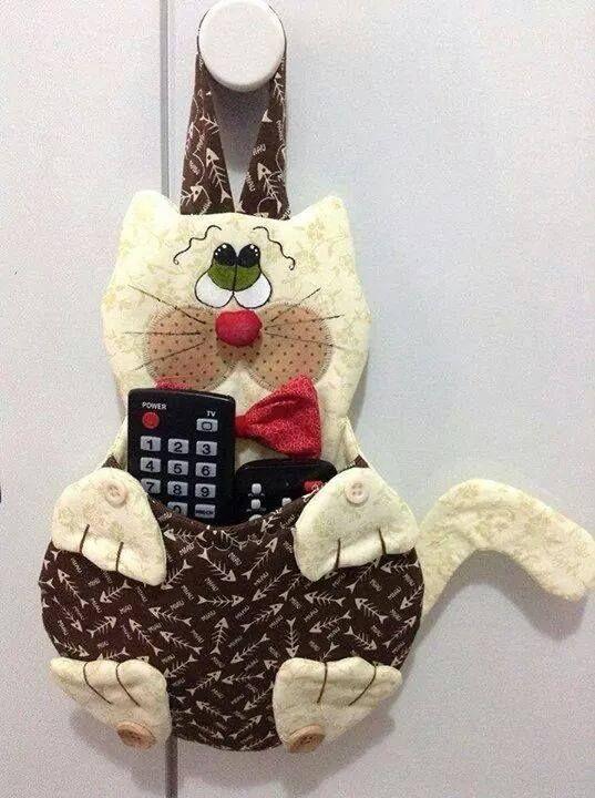 Il Cartamodello di un simpatico gattino per tenere sempre in ordine i telecomandi di casa.