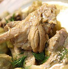 Υπέροχο και μοναδικό παραδοσιακό πιάτο της Κρήτης που συνδυάζει δύο ανοιξιάτικους καρπούς, αυτόν της αγκινάρας με τα υπόξινα άγουρα αμύγδαλα τα οποία παίζουν εν μέρει το ρόλο του λεμονιού