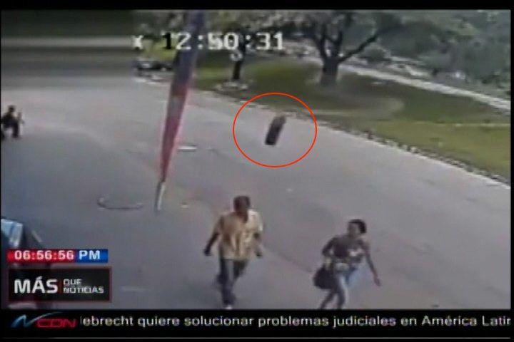Caminaba En La Calle Con Su Esposa, Vino Una Una Llanta Solitaria Y Lo Golpeó