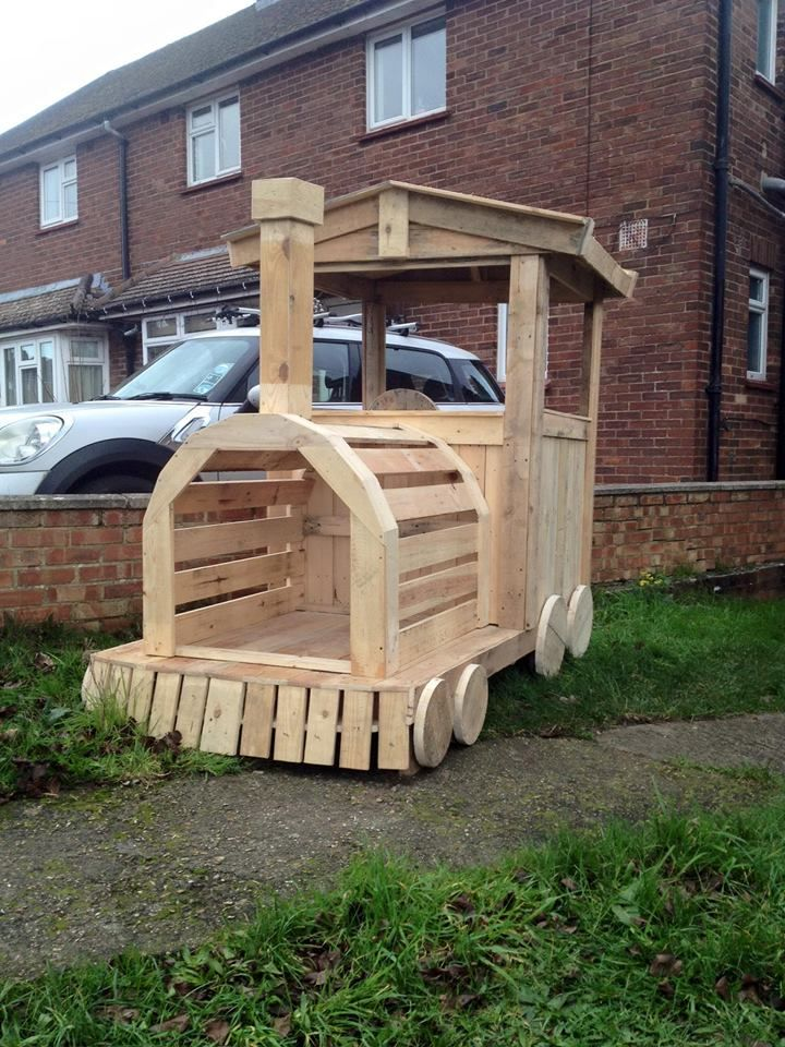 Pallet wood train engine playhouse 101 pallet ideas for Cool ideas for wooden pallets