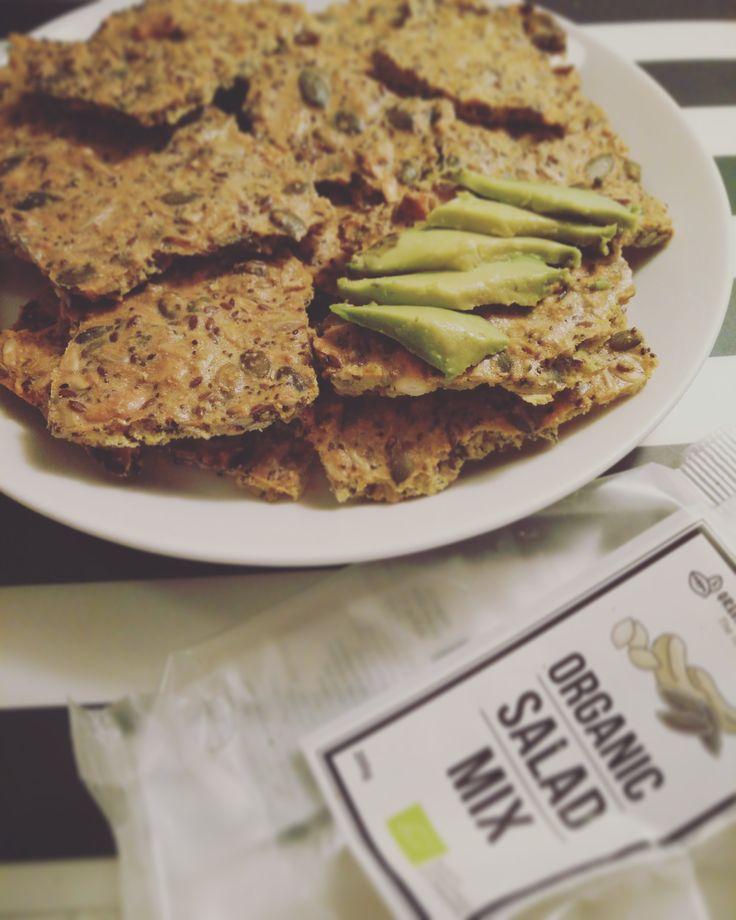 Siemenleipä / näkkäri:  - 1 pss (250g) siemensekoitusta - 1/2 dl auringonkukansiemeniä - 3/4 dl oliiviöljyä - 80 g mantelijauhoa (voi varmaan korvata jollain gluteenittomalla jauholla, mantelijauho on aika kallista, mutta myynnissä on just tota 80g pussia) - 2 tl merisuolaa - 1 tl nokkosrouhetta (ei pakollinen, mä en laittanut) - 4 kananmunaa  Sekoita ainekset, levitä uunipellille, paista 170-asteisessa uunissa n. 20-30 minuuttia (riippuu uunin tehosta).