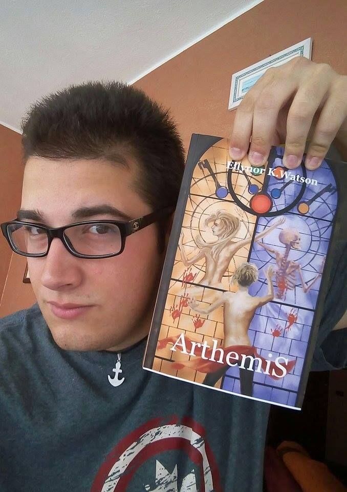 """Il fan Egidio e la sua copia di """"Arthemis""""! Cosa aspettate anche voi? @ilmiolibro #libri #fantasy #lettura"""