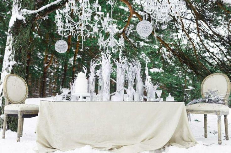 nappe de table en blanc cassé, chaises médaillon assorties et objets décoratifs à l'aspect argenté