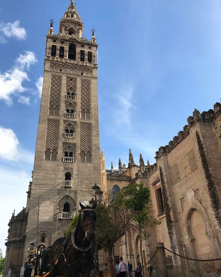 Existe un lugar en el que la religión musulmana y cristiana se unen para crear el símbolo de la ciudad de #Sevilla su nombre es #LaGiralda