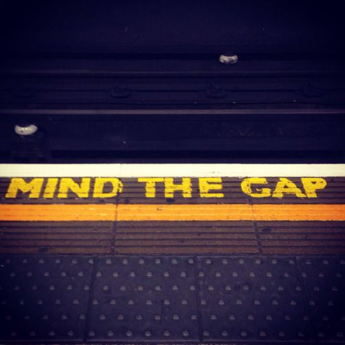 De zin 'Mind the gap' werd voor het eerst gebruikt in 1968. Ik ben altijd blij om deze geel geschilderde letters op het perron te zien.  #londen  The phrase 'Mind the gap' was used for the very first time around 1968. I'm always happy to see these yellow painted letters on the platform. #london
