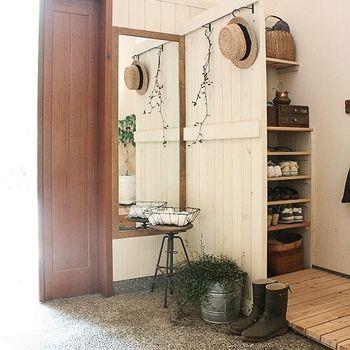 こちらは下駄箱とのスペースを、おしゃれな板壁で仕切った素敵な玄関ホール。スペースの広い玄関なら、ぜひシューズクロークを作ってみてはいかがでしょう?ナチュラルなインテリアも、まるでショップのようなおしゃれな雰囲気です。