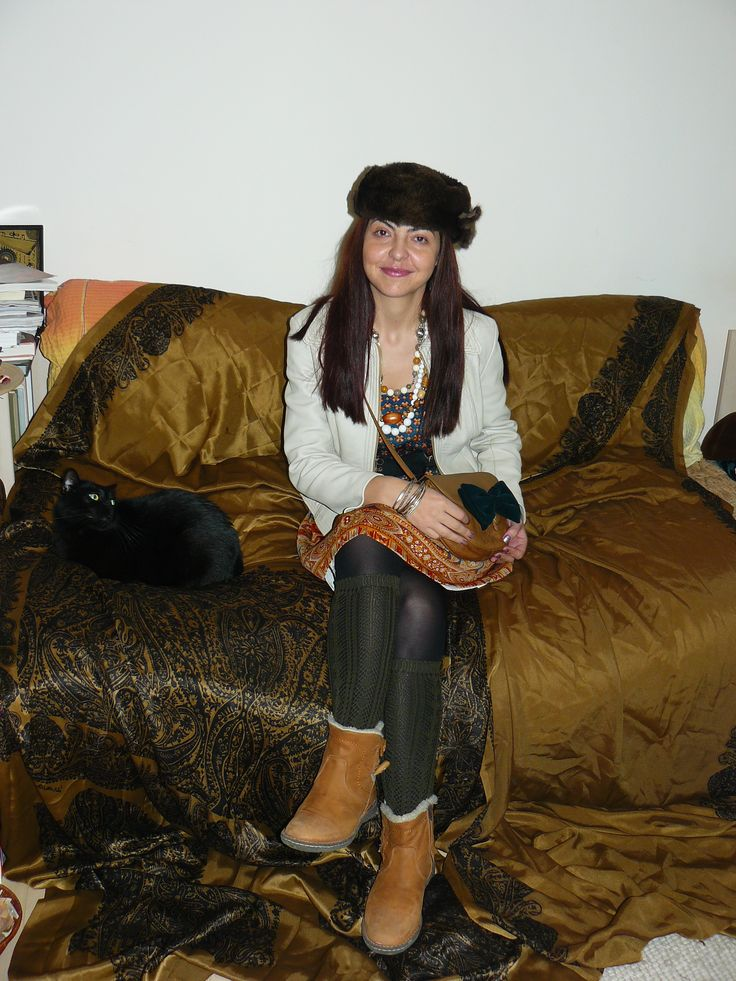 Vintage 70s skirt (worn as a dress), vintage fur hat, bag with a vintage green bow tie, white leather jacket. And a cat!!