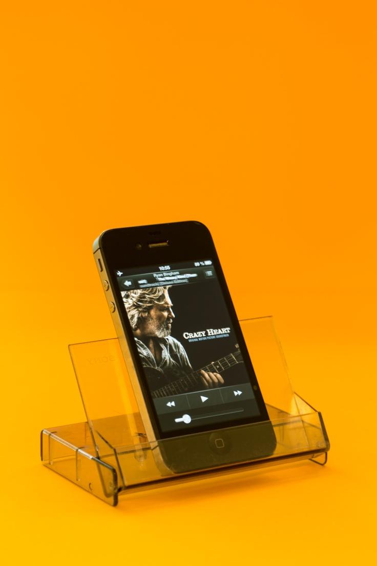 Vergesst teure Stehhilfen für euer Smartphone, eine alte Kassetten-Hülle tut es genauso und kann sogar noch mit echtem Vintage-Look punkten :D Foto: Torsten Kollmer