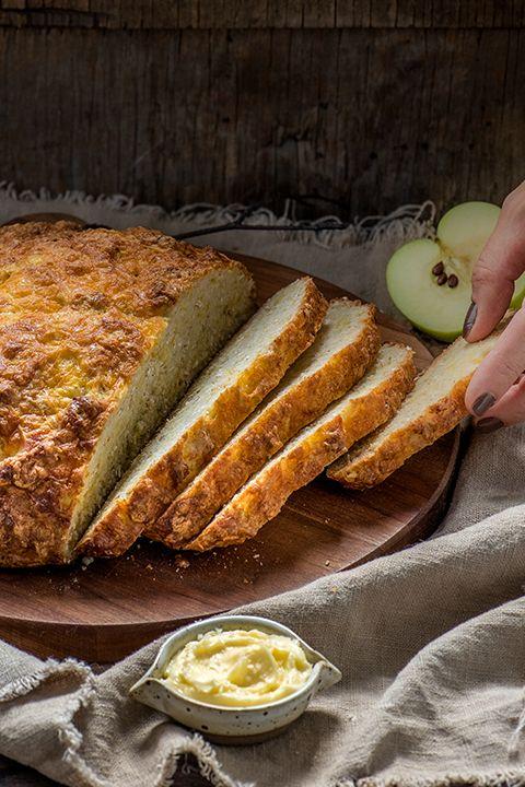 INGRÉDIENTS PAR SAPUTO | Ce pain moelleux à l'avoine, aux pommes et au fromage Cheddar Armstrong vous fera tomber en amour avec l'automne. Une recette maison incontournable en cette saison.