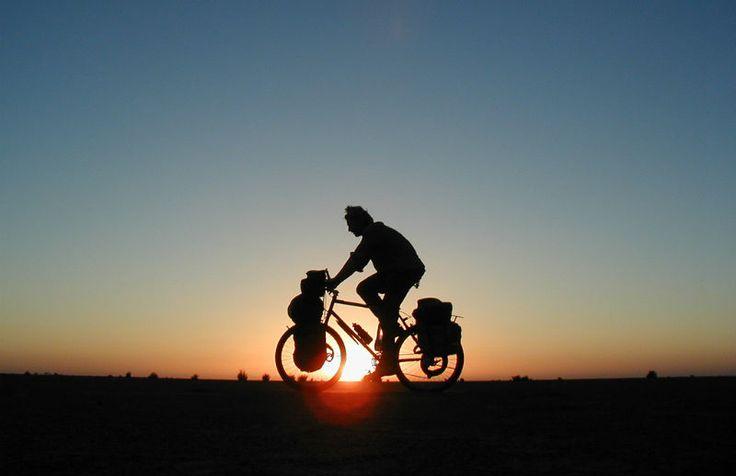 El cicloturismo está en auge, y son cada vez más las personas que utilizan días de vacaciones para realizar algún viaje en bicicleta.
