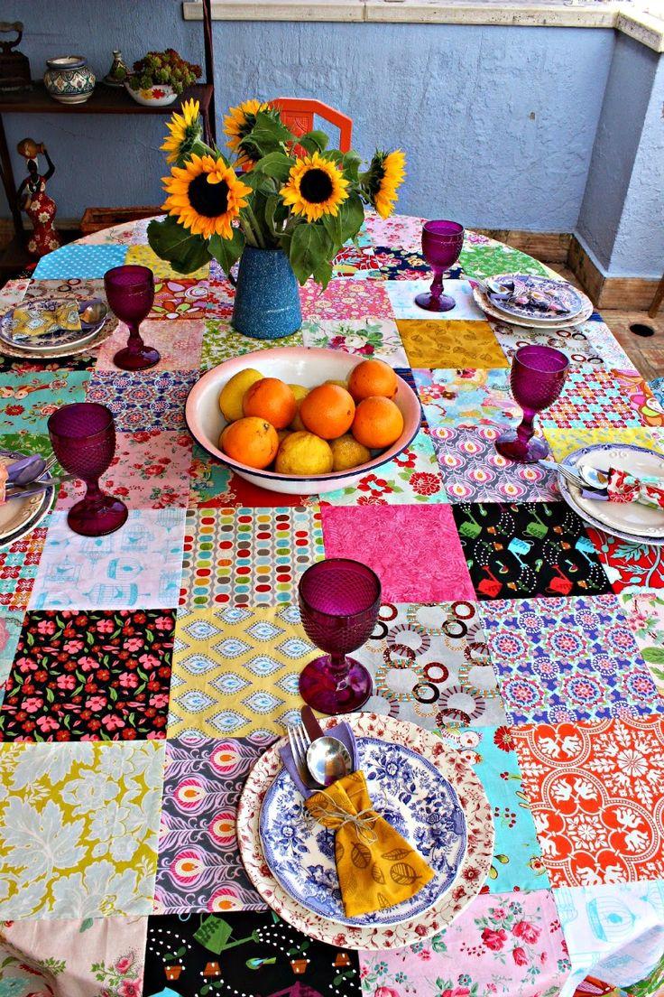 mesa com toalha em patchwork, para um almoço de verão no terraço                                                                                                                                                                                 Mais