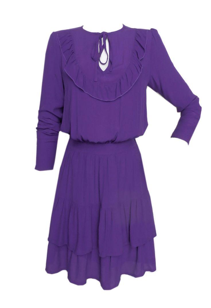 Vestido corto lila con volantes y manga larga. Vestido corto escotado casual violeta. Vestido corto vuelo con tejido y color liso. #vestidos #lila #vestidosdemoda #purple #royallilac #modachic