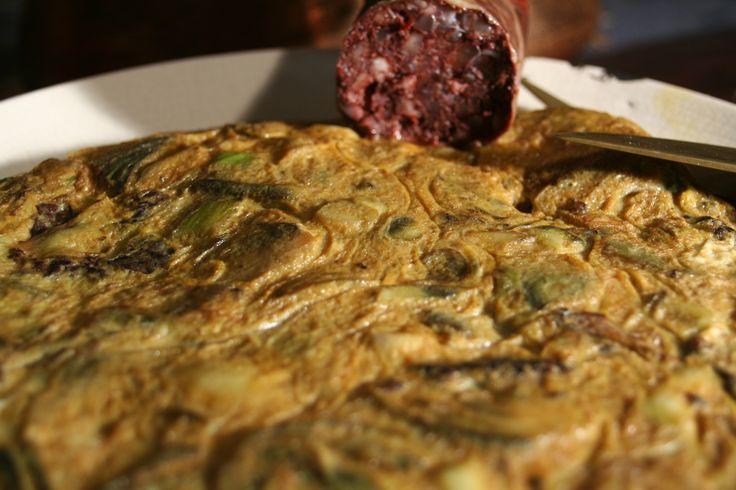 Tortilla de alcachofas, ajos tiernos y butifarra del perol.