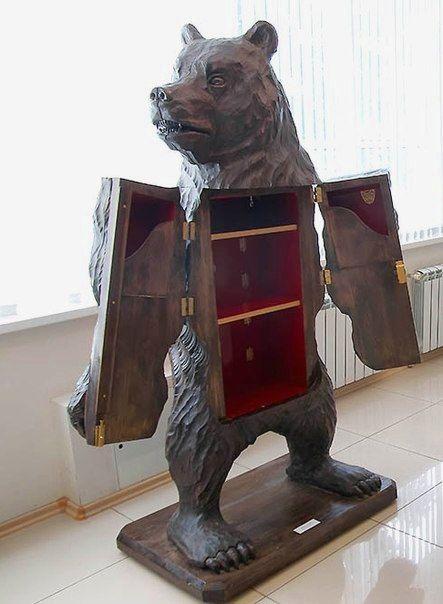 Работа магнитогорца. Медведь с секретом. Это огромный ларь-медведь внутри которого несколько полок и потайных ящичков, скрывающихся за приветливыми лапами-створками. Мастер рассказал, что год ушел только на изготовление заготовки, и еще месяц он вырезал саму скульптуру. Bear with a secret.