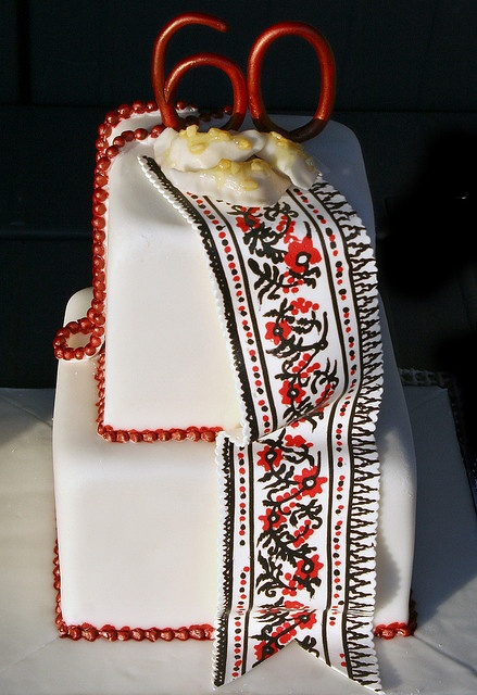 Ukrainian embroidery by The Sugar Moon Cakery, via Flickr  What a cool vyshyvka cake!