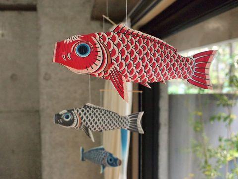 CHIFFONNIER BLOG: 窓辺に飾った五月飾り『鯉のぼりモビール』の思わぬ副産物