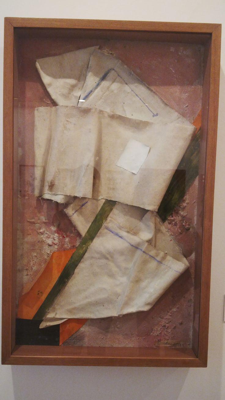en la década de los sesenta algunos artistas tomaron elementos propios  del entorno cotidiano, social o político y lo trasladaron al campo estetico