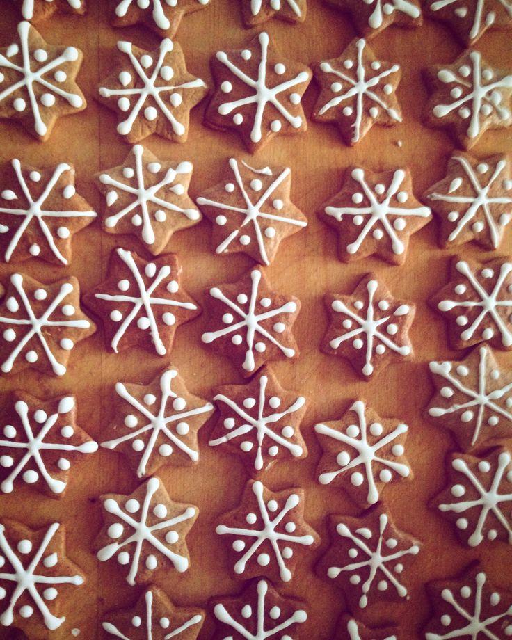 Karácsonykor+és+az+ünnepet+megelőző+időszakban+is+sok+család+asztalának+dísze a+mézeskalács.+Nemcsak+szép+és+mutatós kidíszítve+egy+ilyen+sütemény,+hanem+nagyon-nagyon+finom+is!+:)+Családunkban+elmaradhatatlan+karácsonykor+a+mézeskalács+sütése,a+háznép sürög-forog+a+konyhában,+mindenkinek+jut+egy…