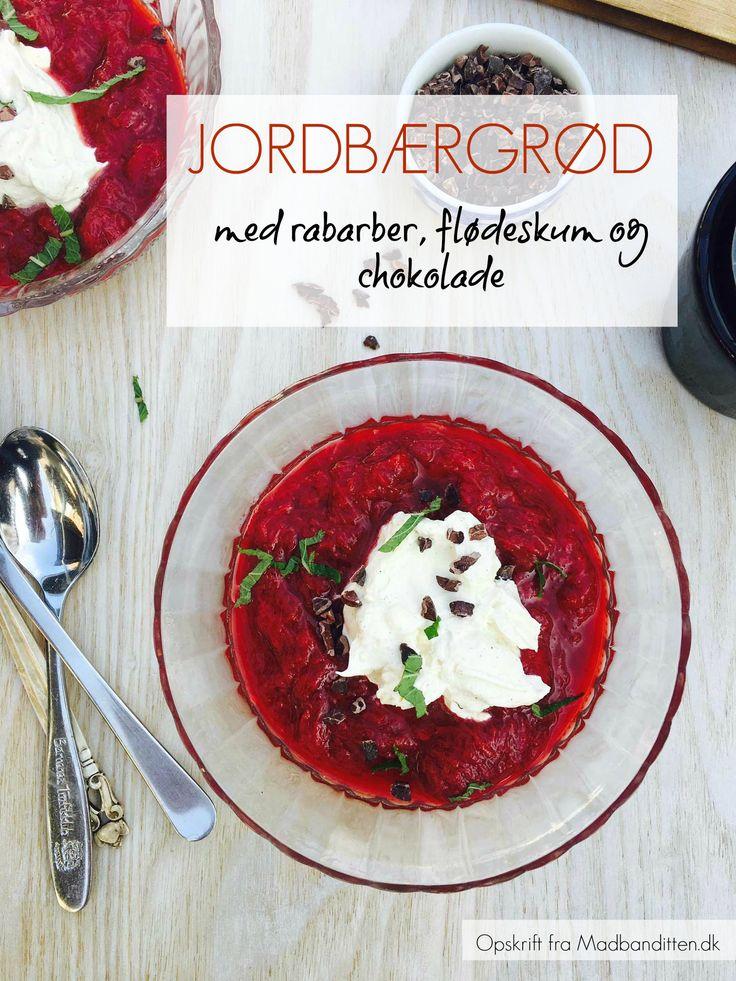jordbærgrød med rabarber, flødeskum og chokolade. En lækker og sommerlig sukkerfri dessert --> Madbanditten.dk