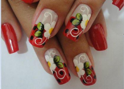 unhas decoradas com flores vermelha
