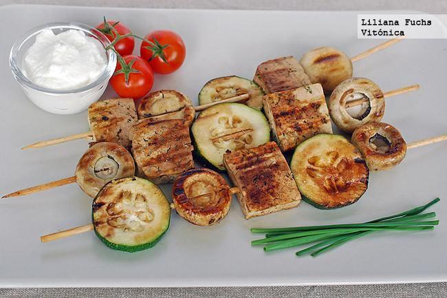 Receta de brochetas de tofu y verduras a la parrilla.