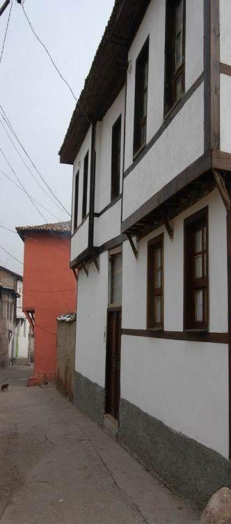 Bilecik Evleri-Bilecik evleri Batı Anadolu evlerinin tipik örneklerini bir araya getirmiştir. Evlerin plan düzenleri iki ve üç katlı olup girişlerde taşlık ve bunun çevresinde kiler, mutfak, çamaşırhane gibi bölümler yer almıştır. İkinci ve üçüncü katlarda ise bir sofanın çevresinde odalar yer almıştır.Odaları genelde dikdörtgen pencereler aydınlatır ve çoğu kez kafeslere yer verilmiştir i.Bunların çevresinde duvara dayalı sedirler yerleştirilmiştir. Ayrıca odalarda yüklüklere, dolaplara yer…