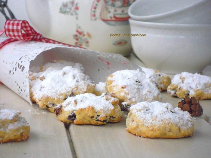 Biscotti morbidi con mandorle e uvetta