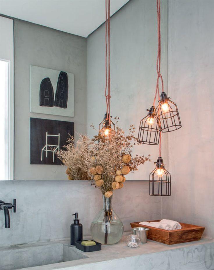 Luminárias no estilo industrial (Etsy) deixam o lavabo descolado.