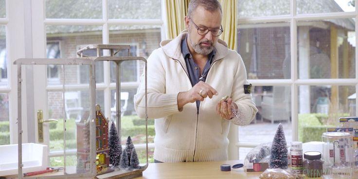 Deze week laat Romeo van Green Your Day zien hoe je deze prachtige kerstlantaarn met miniatuurhuisje maakt. Kersttrend: huisjes en dorpjes Romeo: