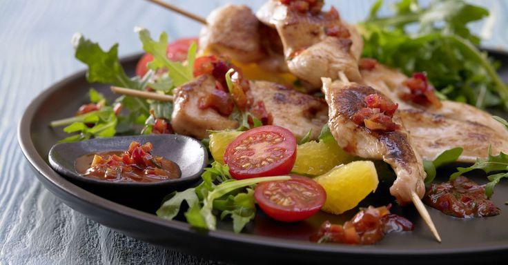 Marinierte Hähnchenspieße auf Rucola-Tomaten-Salat mit Orangenfilets: lecker gewürztes Hähnchenbrustfilet, auch toll für die Grillparty!