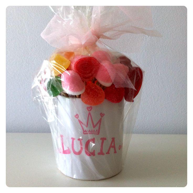De príncipes y princesas!! Tazas personalizadas con chuches perfectas para regalar en los cumples!! Son chulas, verdad? Que tengáis buen fin de semana!!! #regalosniños #handmade #pintadoamano