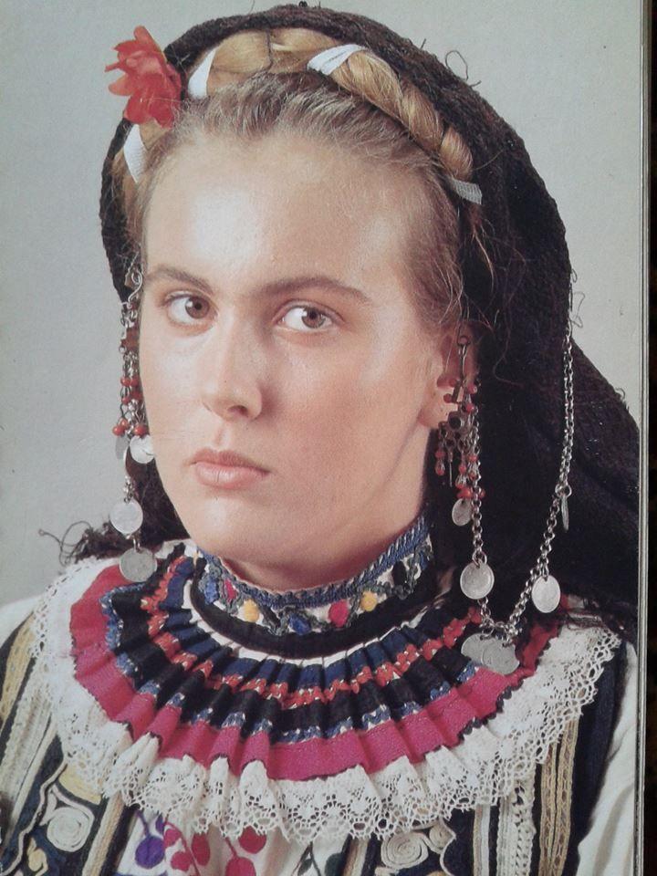 Σαρακατσάνα Σερβιάνα. Λύκειο των Ελληνίδων Αθήνα.Ημερολόγιο 1990. Δημοσίευση από Hellenic Costume Society.