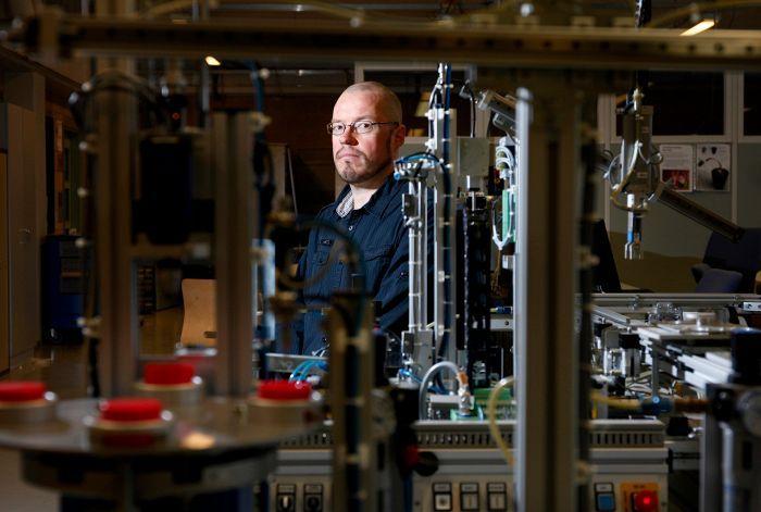 Huoltoteknikko Santtu Saukkonen otti kaksi vuotta opintovapaata työstään. Hän valmistuu pian insinööriksi ammattikorkeakoulusta.