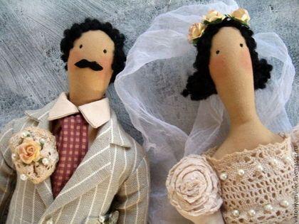 Купить или заказать текстильные коллекционные куклы ручной работы Свадьба в стиле винтаж в интернет-магазине на Ярмарке Мастеров. Свадебная пара кукол жених и невеста в стиле 'винтаж'. Памятный подарок на свадьбу и на годовщину свадьбы. Необычный аксессуар для тематической свадьбы. Платье и фата невесты сшиты из состаренной ткани. Украшение интерьера.