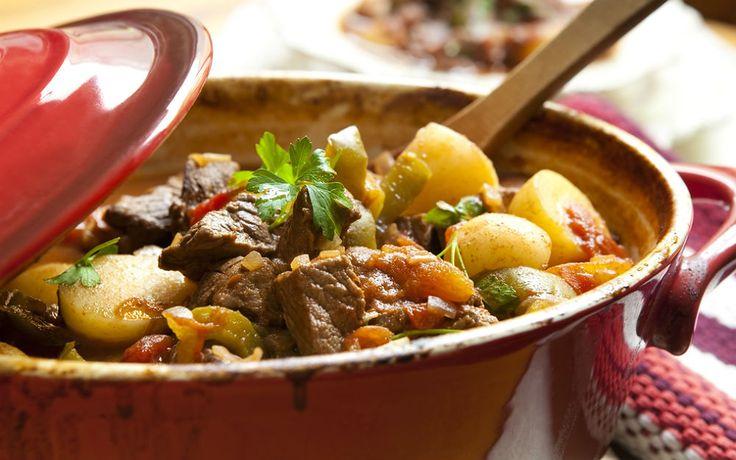 Kuzu eti, patates, patlıcan, kabak, yeşil biber, taze fasulye, domates... Güveç lezzetini yaşatan türlü tarifinde bir araya geliyor, damaklar şenleniyor.