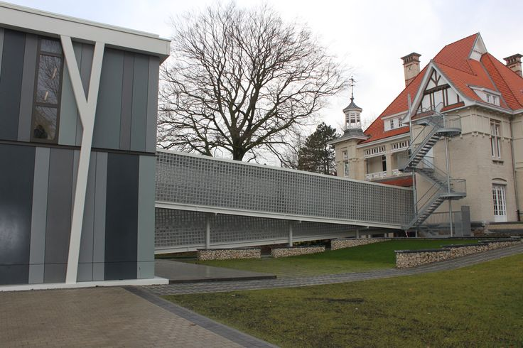Loopbrug tussen 2 gebouwen in glastegels   Glasblokken