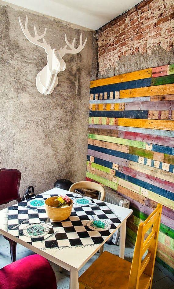 avec du bois de palettes, composer un tableau coloré. / Déco inspiré d'Aquarella, un bistrot à Bucarest.
