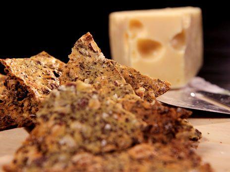 Snabbt knäckebröd med hasselnötter och majsmjöl