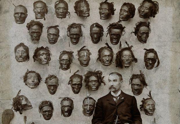 Generalul Horatio Gordon Robley în fața colecției sale de Mokomokai, capete de băștinași din Noua Zeelandă, pe care localnicii le dădeau la schimb marinarilor europeni pentru arme de foc.