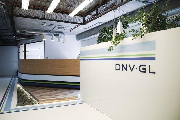 Marka Kimliğini Sırtlayan Ofis: Dedeoğlu Mimarlık'ın DNV GL'nin Türkiye kolu için tasarladığı ofis, markanın kimliğini esnek çalışma prensibiyle tasarlanmış alanlarla yansıtıyor. Açık ofis sistemine bağlanan sosyal mekanlar, tasarım anlayışını destekliyor.